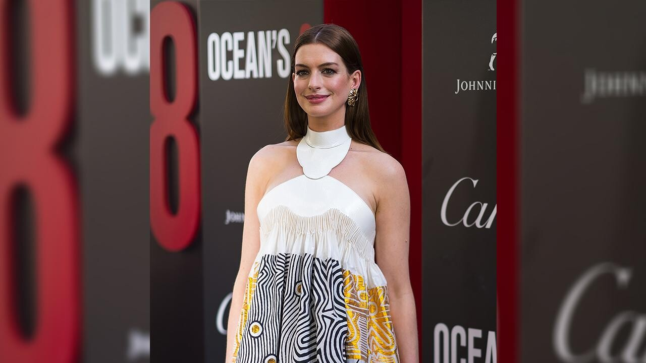 Anne Hathaway Mindy Kaling Toast To Ocean S 8 Crossing 100 Million People Com