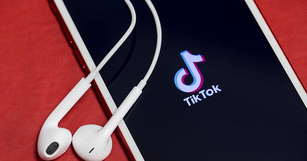 Tiktok Phone Background How To Make A Live Wallpaper Tiktok Hellogiggles