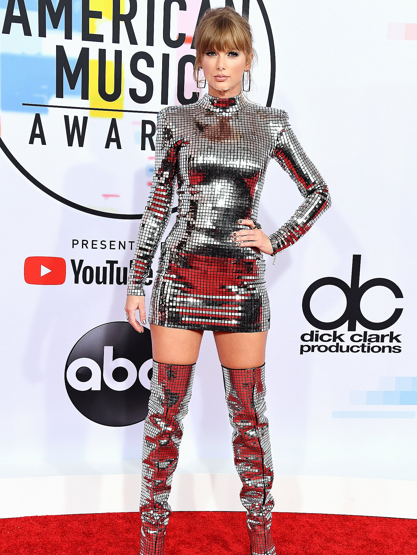 Amas 2018 Taylor Swift Hits Red Carpet In Sexy Mini Dress People Com