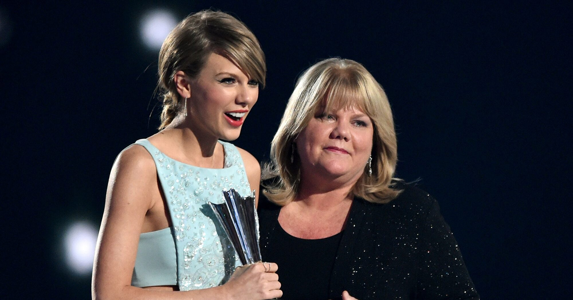 Taylor Swift Reveals Her Mother Has Been Diagnosed With A Brain Tumor Ew Com