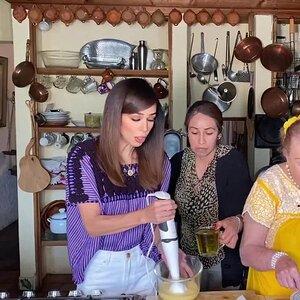 Biby Gaytán y su suegra te enseñan a preparar ensaladilla rusa con mayonesa casera ¡a la española!