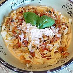 Linguini con callo de hacha, calabacita y jitomate