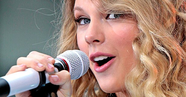 Watch A 12 Year Old Taylor Swift Sing The National Anthem Ew Com