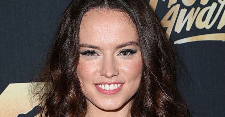 Uh Oh Did Daisy Ridley Dye Her Skin Yellow While Filming Star Wars Episode Viii Hellogiggles