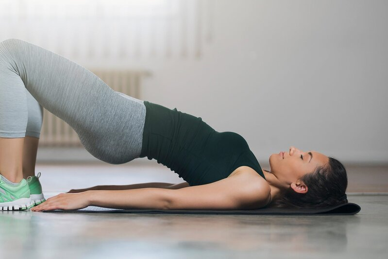 Exercises for glute strength: Woman doing glute bridges