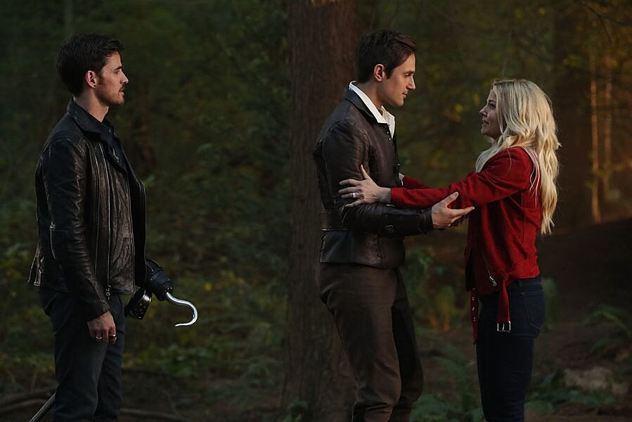 There Are Now Two Different Captain Hooks On Once Upon A Time But It S Not Like That S A Bad Thing Hellogiggles