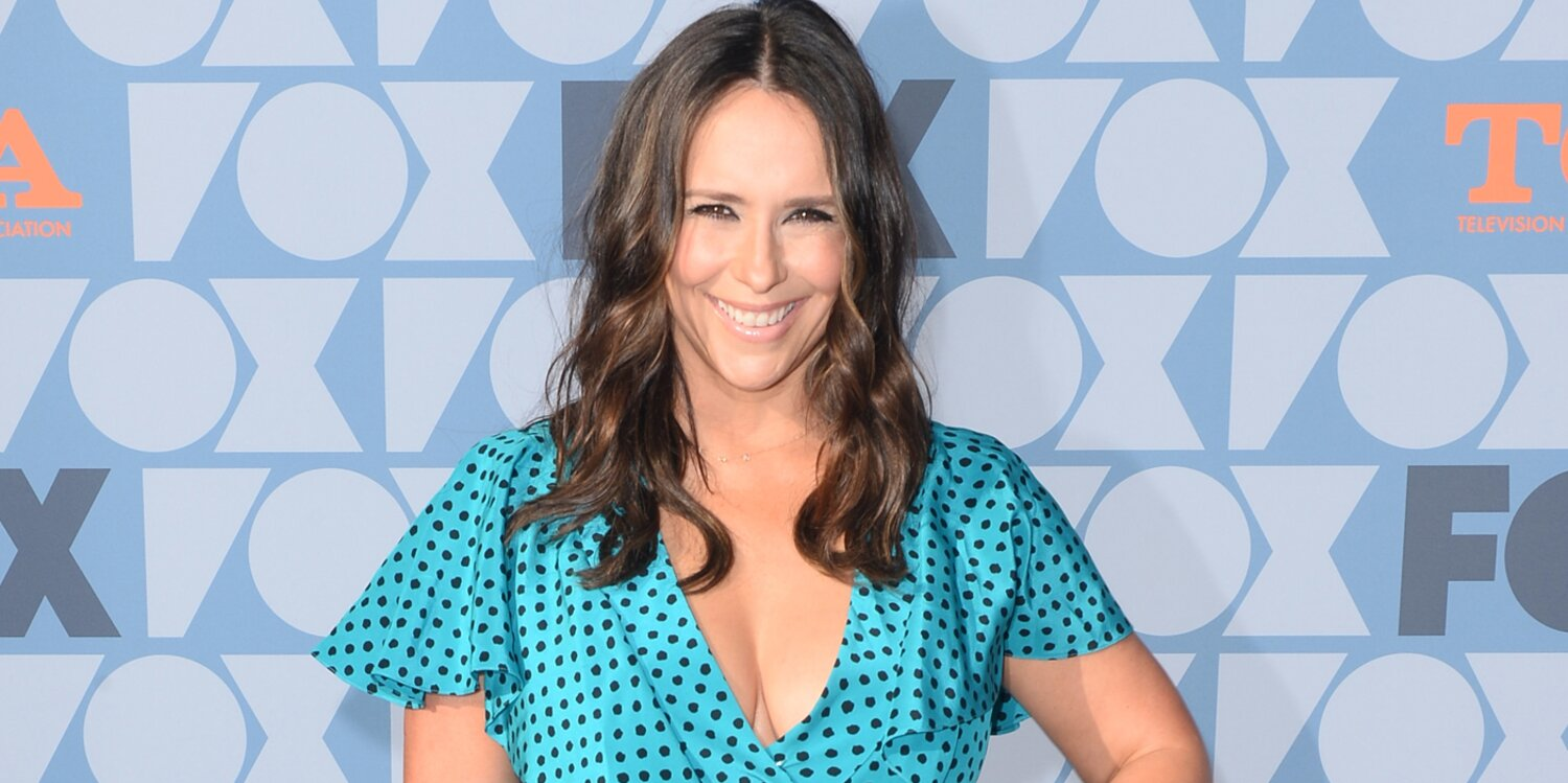 Pregnant Jennifer Love Hewitt Shows Off Baby Bump and Jokes 'When the Pants Keep Slipping Off'.jpg