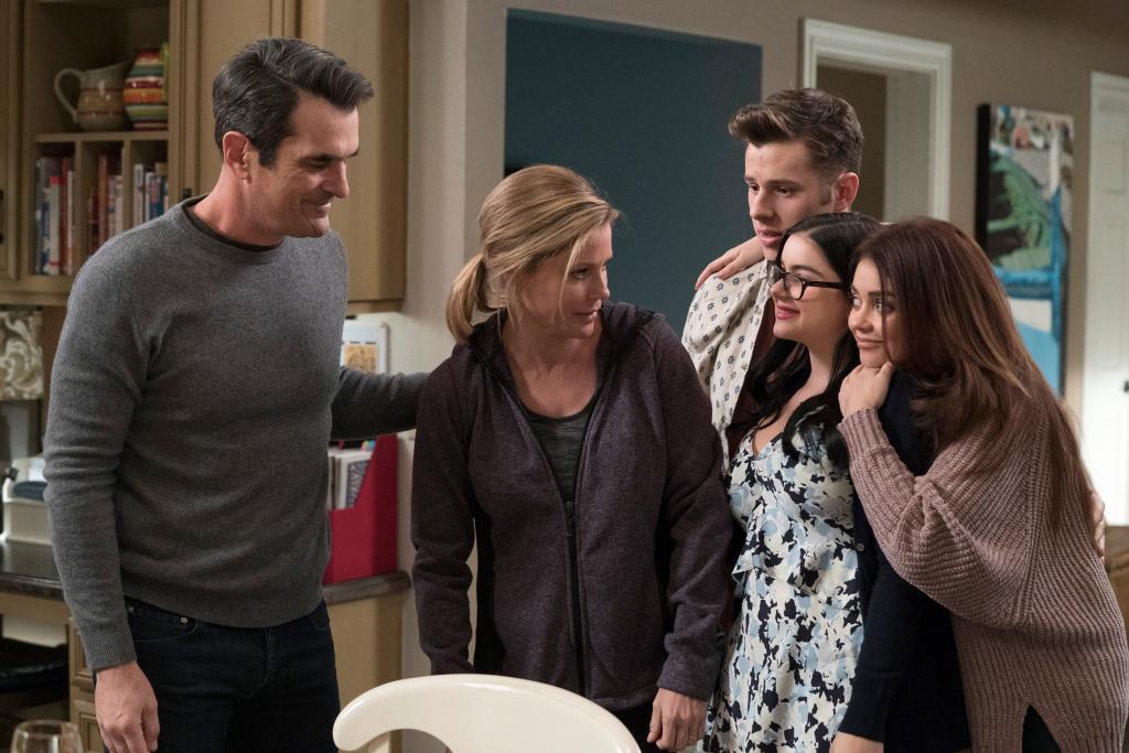 Modern Family Reveals Pregnancy Twist With Sarah Hyland S Haley Dunphy Ew Com