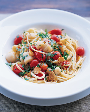 Pasta with Scallops, Garlic, Grape Tomatoes, and Parsley