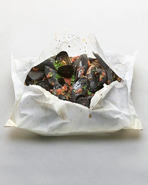 Mussels in Tomato-Parsley Sauce Baked in Parchment