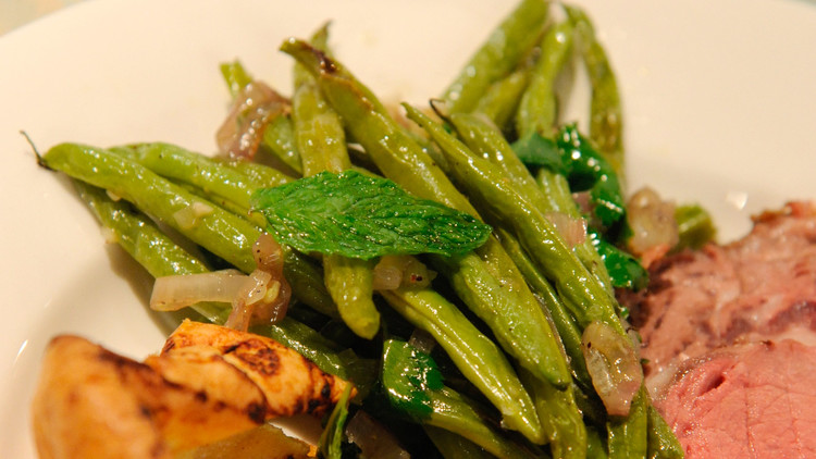 Quick-Roasted Green Beans and Shallots with Garlic and Ginger Juice_image