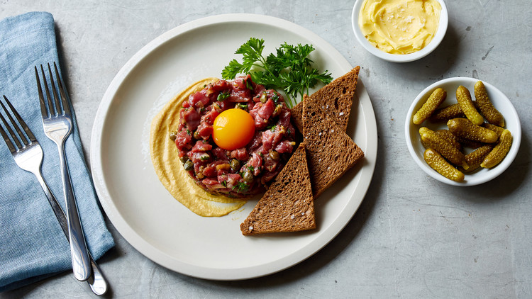 steak tartare with brown bread