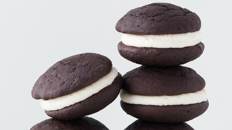 Chocolate Whoopie Pies with Vanilla Buttercream Filling Recipe | Martha  Stewart