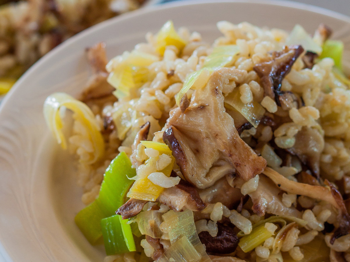 original-201311-r-brown-rice-pilaf-with-leeks-and-wild-mushrooms.jpg