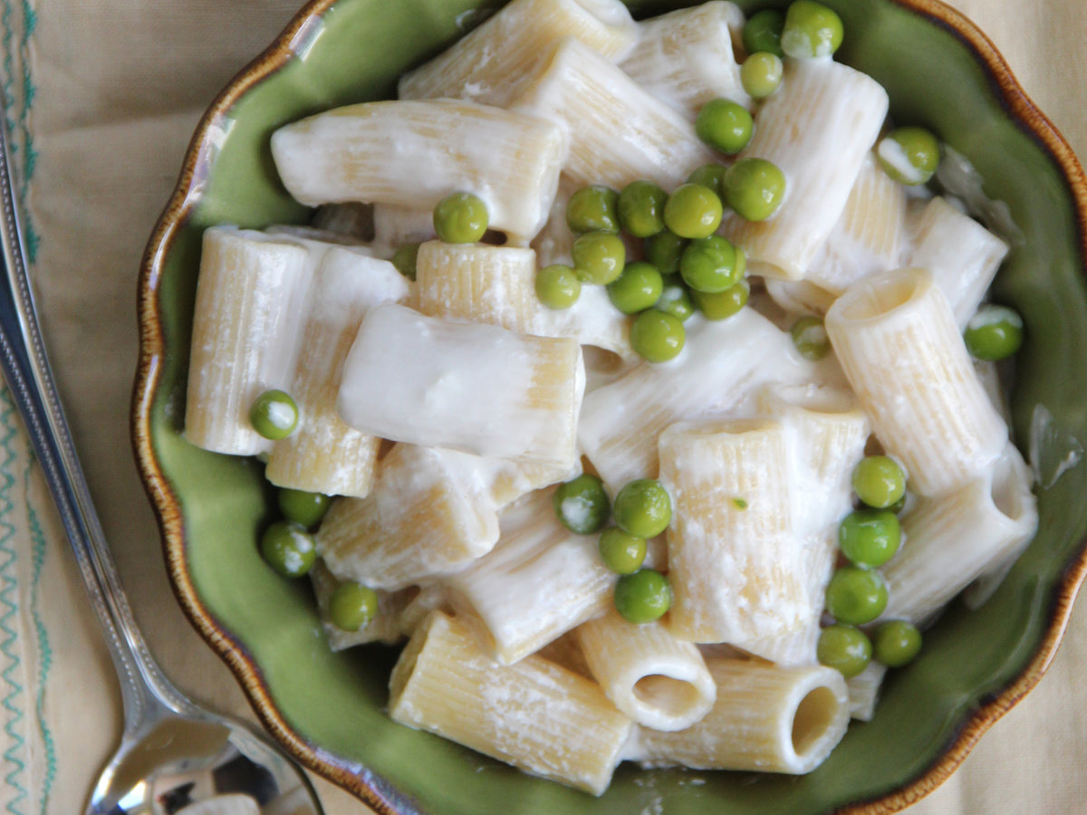 201404-r-yogurt-and-peas-mac-n-cheese.jpg