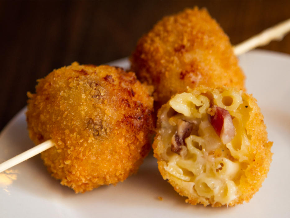 EC:  assets%2Fmessage-editor%2F1472221925882-the-smith-mac-and-cheese-on-a-stick-inline2