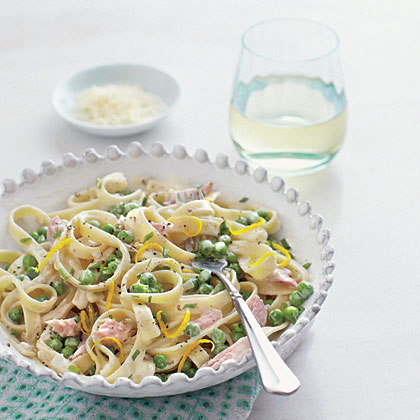 Fettuccine Alfredo with Ham and Peas