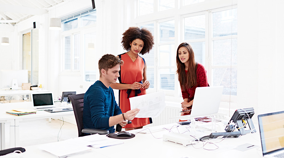 Tips for Managing Employees for First Time: coworkers talking over computer