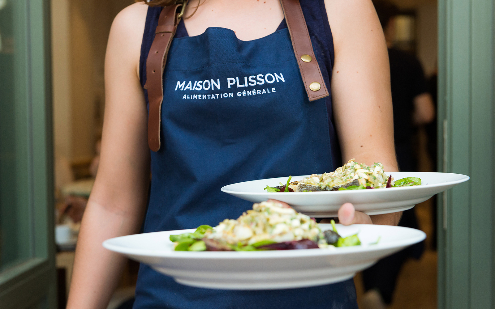 MAISON0515-plisson-waitress.jpg