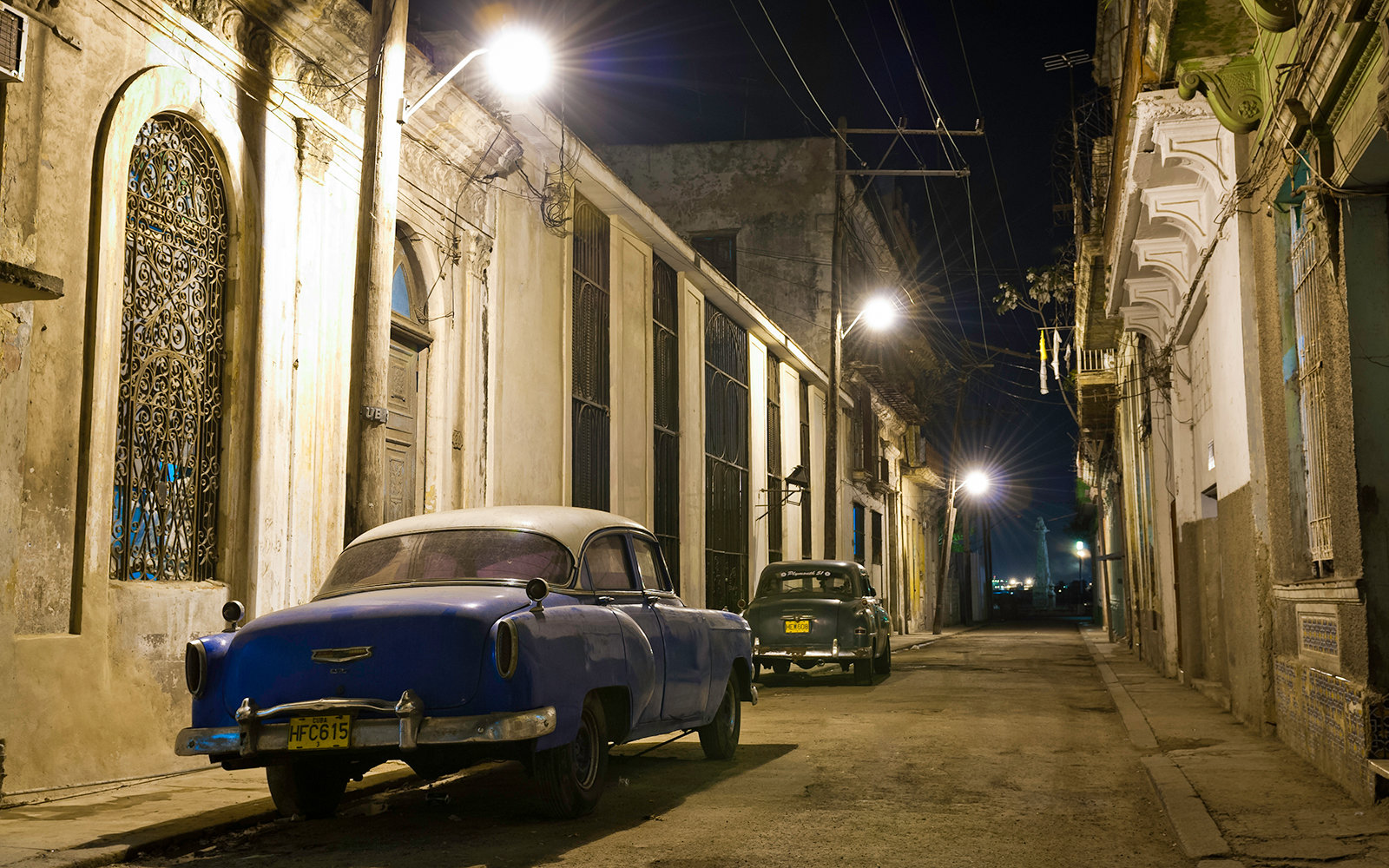 CARIBBEAN, CIUDAD DE LA HABANA, CUBA - 2011/01/10: Vintage cars parked in the street at night. (Photo by Jorge Fernández/LightRocket via Getty Images)