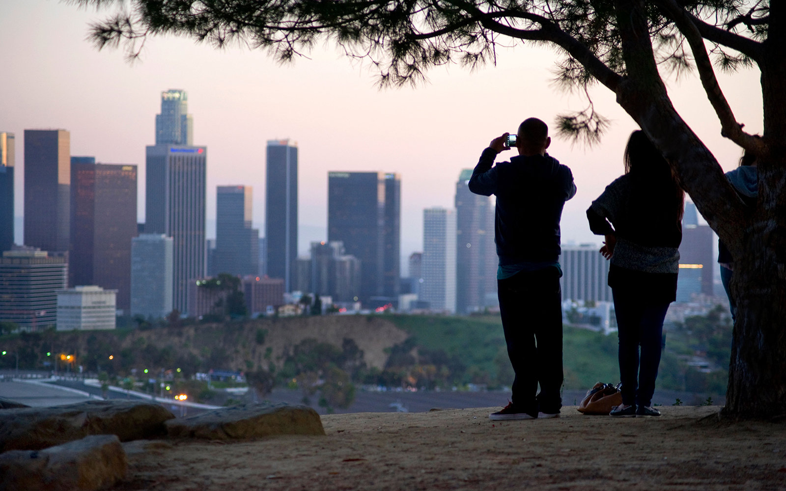 E0HH7T Couple viewing the Downtown Los Angeles Skyline from Elysian Park