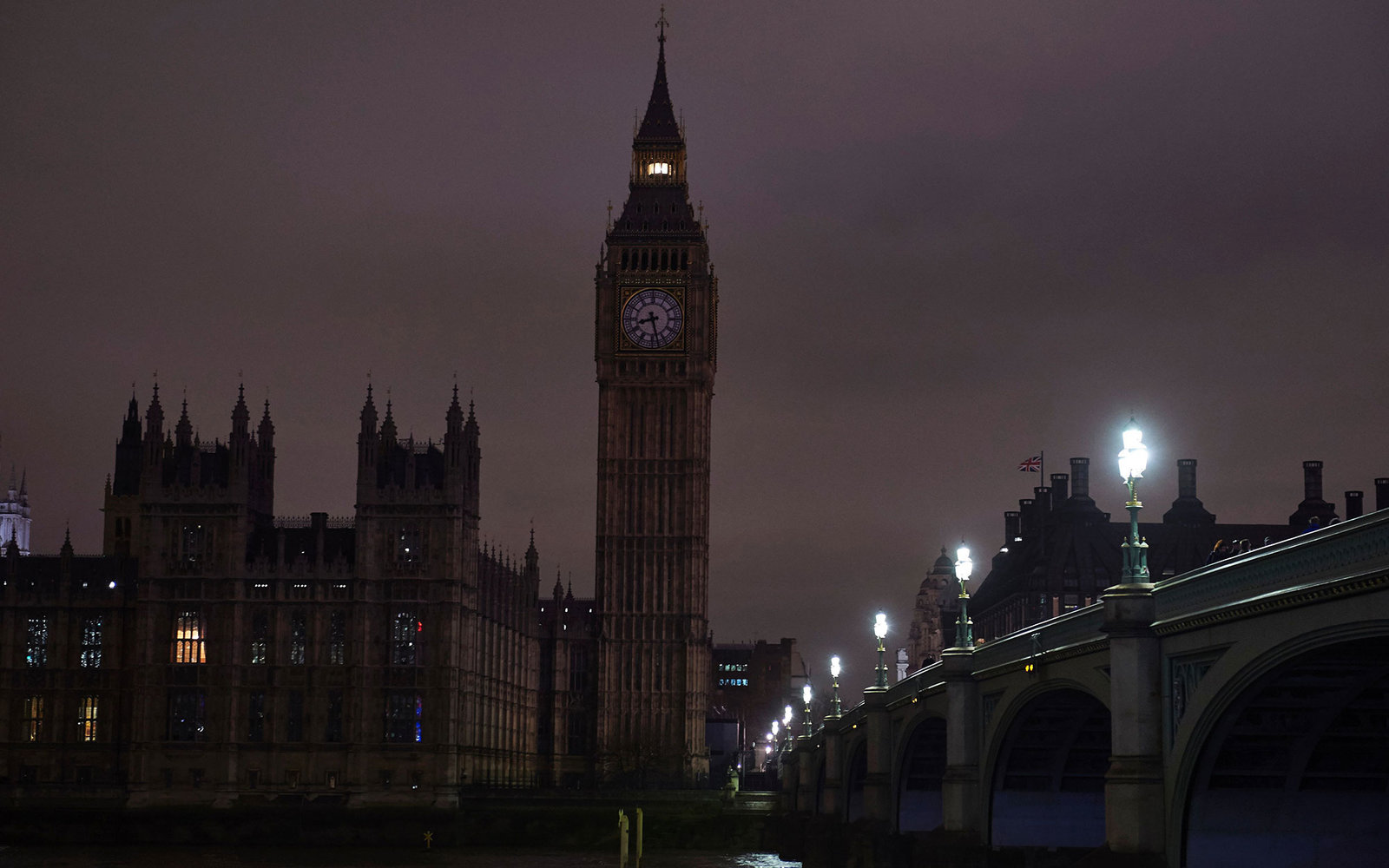 A picture taken on March 19, 2016, in central London, shows Britain's Houses of Parliament after being submerged into darkness for the Earth Hour environmental campaign.Millions are expected to take part around the world in the annual event organised by