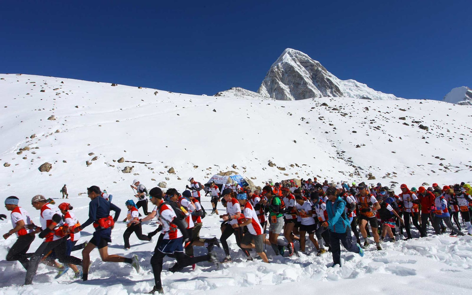 E1ATWF Solukhumbu, Nepal. 29th May, 2014. Participants from different countries and regions compete during the world's highest marathon event, at Everest Base Camp in Khumbu region, Solukhumbu, Nepal, May 29, 2014. © Sunil Sharma/Xinhua/Alamy Live News