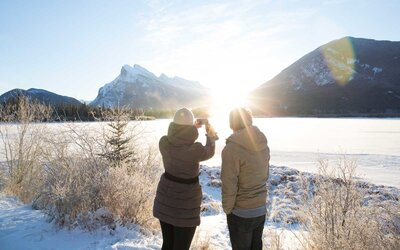 a9b88eef637 People taking a photo of a frozen lake in the winter