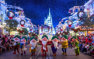 Disney Christmas Decorations.Christmas Has Come To Disney World And We Already Can T Get