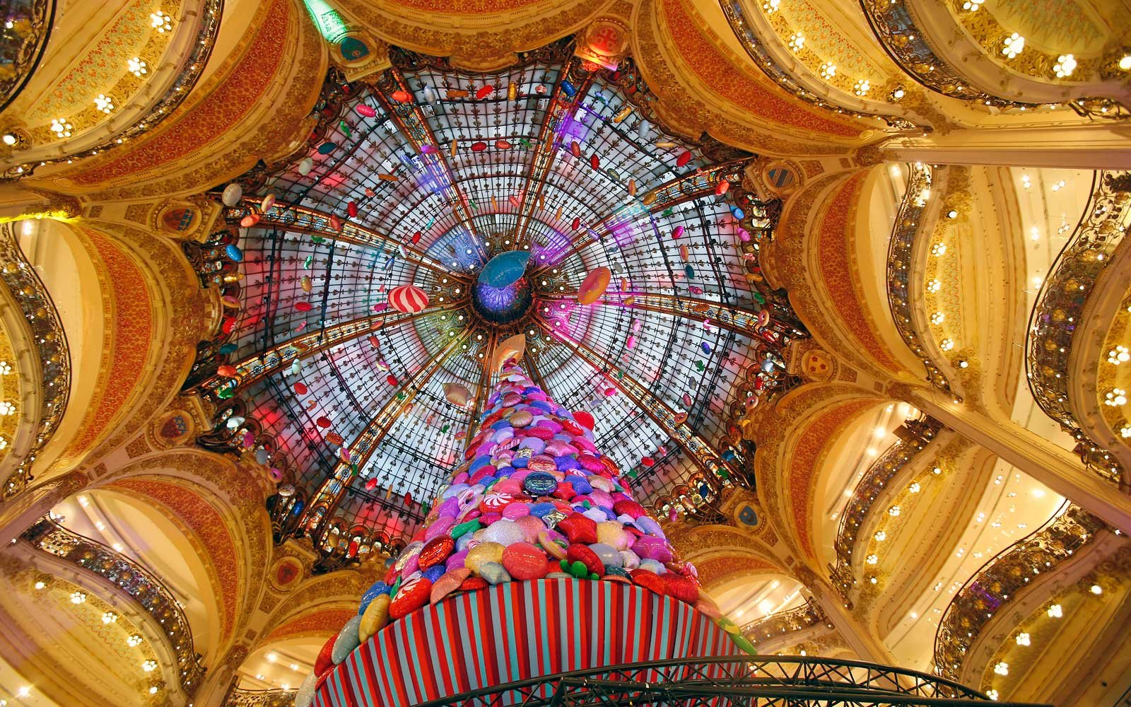 Spectacular Christmas Tree in the Galeries Lafayette, in Paris