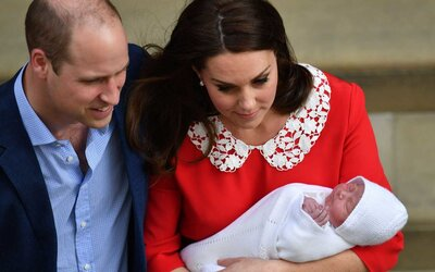 6b70178d435 The Duke and Duchess of Cambridge and their newborn son outside the Lindo  Wing at St
