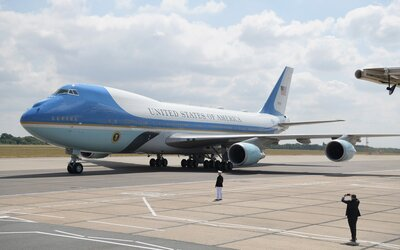 détaillant en ligne 7077b 9edb6 The History Behind the 'Jackie Kennedy Blue' Air Force One ...