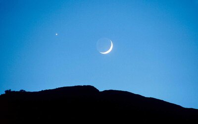 You Can See Venus, Jupiter, Saturn, and a Gorgeous Crescent