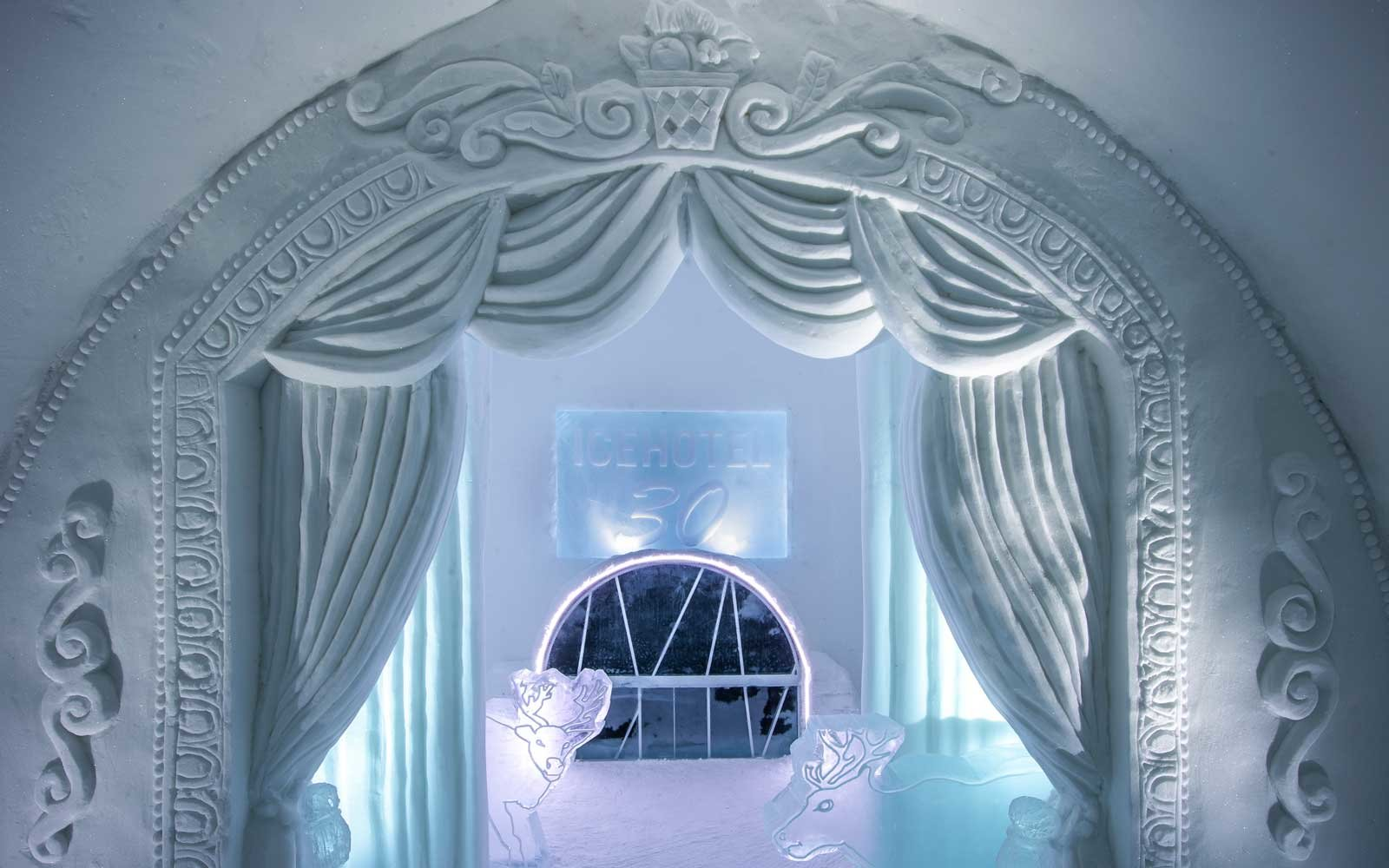 A tribute to a night at the theater, a room designed for the Ice Hotel