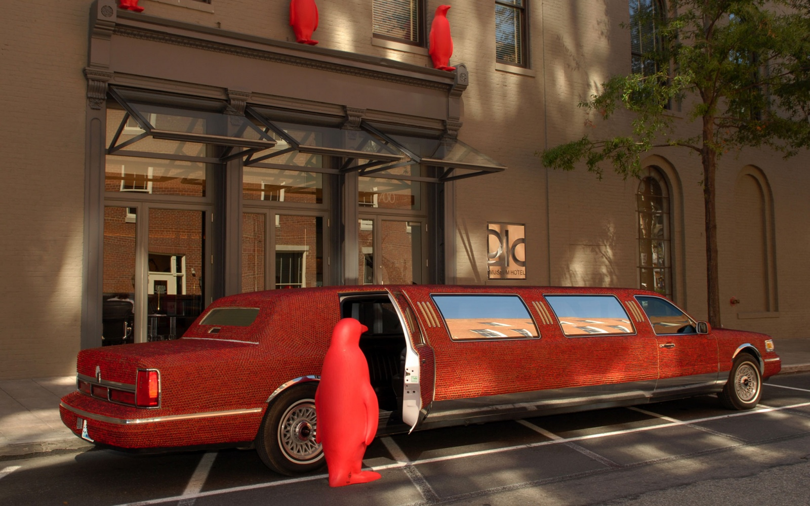 red limo outside of 21c Museum Hotel