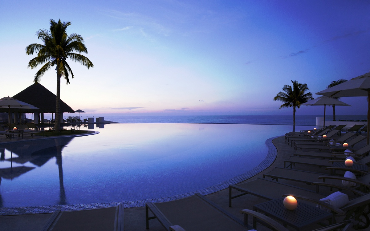 infinity pool at Le Blanc Spa Resort in Cancún, Mexico