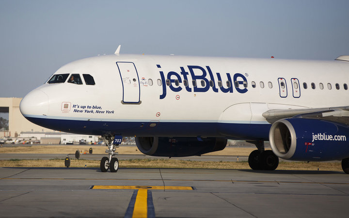 A JetBlue Airways Corp. Airbus Group SE A320 aircraft taxis to the gate on the tarmac at Long Beach Airport (LGB) in Long Beach, California, U.S., on Monday, April 25, 2016. JetBlue Airways Corp. is scheduled to release earnings figures on April 26. Photo