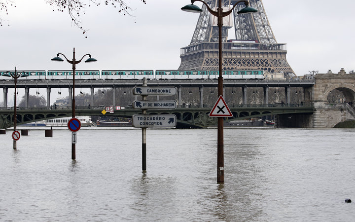 seine flooding in paris