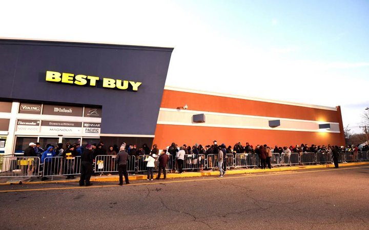 People wait in line outside of Best Buy in Norwalk, Connecticut November 23, 2017 for the store to open at 5PM on Thanksgiving Day to take advantage of the Black Friday sales.