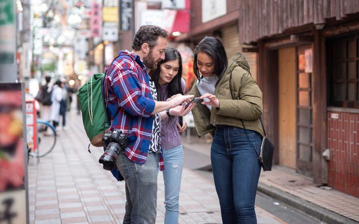 Tourist searching way to go with smart phone