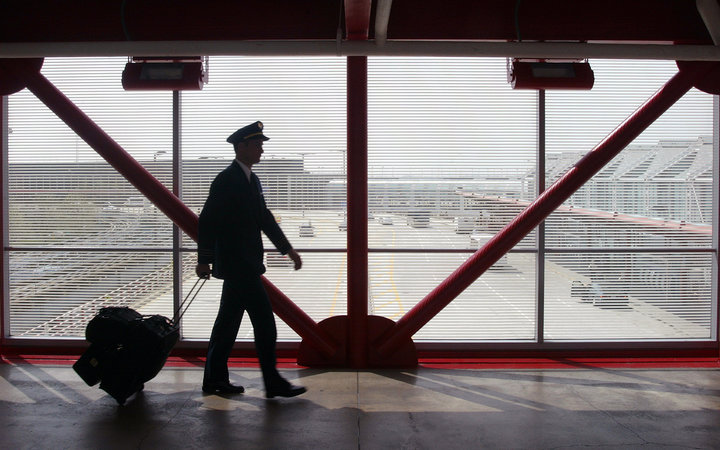 United Airlines Pilot walks in overpass to terminal