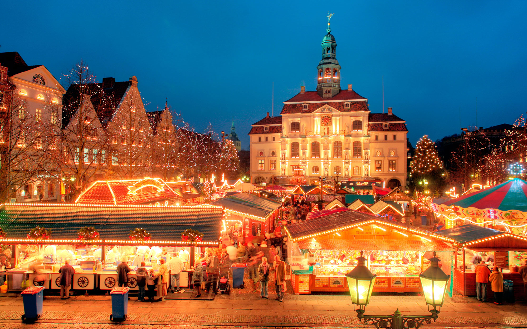 B1R442 Christmas Market in front of the town hall of Lueneburg in Northern Germany. Image shot 2007. Exact date unknown.
