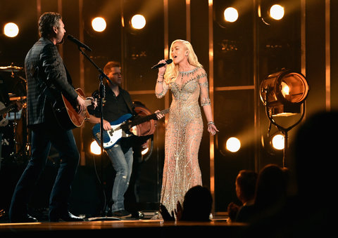 Singers Blake Shelton (L) and Gwen Stefani perform onstage during the 2016 Billboard Music Awards at T-Mobile Arena on May 22, 2016 in Las Vegas, Nevada.
