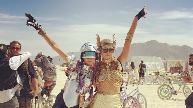 Paris Hilton - Cara Delevingne - Burning man insta