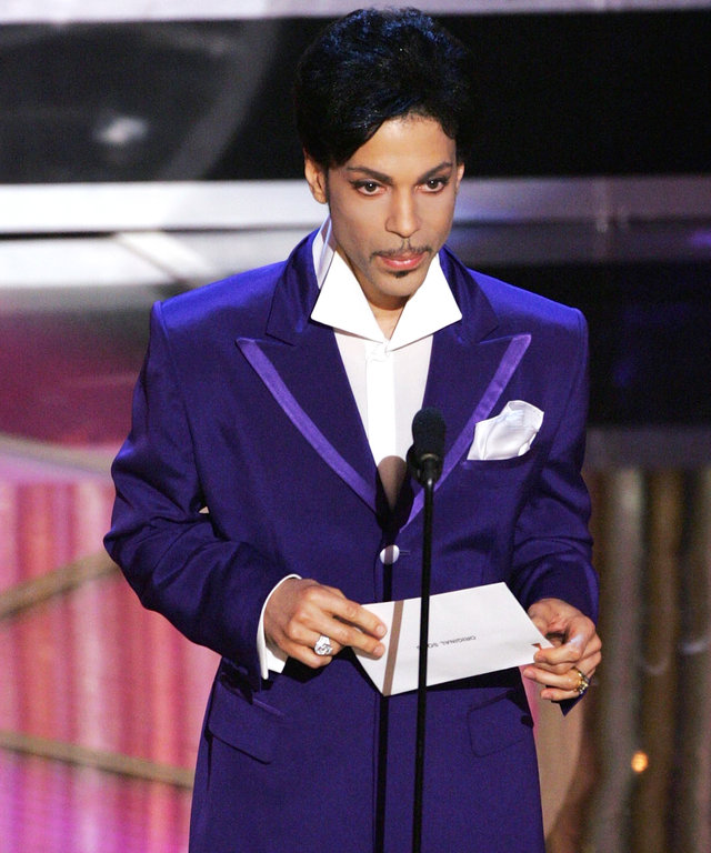 HOLLYWOOD, CA - FEBRUARY 27:  Singer Prince walks on stage during the 77th Annual Academy Awards on February 27, 2005 at the Kodak Theater in Hollywood, California. (Photo by Kevin Winter/Getty Images)