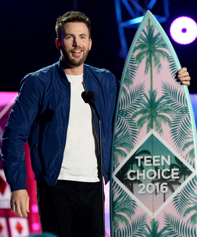 INGLEWOOD, CA - JULY 31:  Actor Chris Evans accepts the award for Choice Movie Actor: Sci-Fi/Fantasy onstage during Teen Choice Awards 2016 at The Forum on July 31, 2016 in Inglewood, California.  (Photo by Kevin Mazur/Fox/Getty Images for Fox)