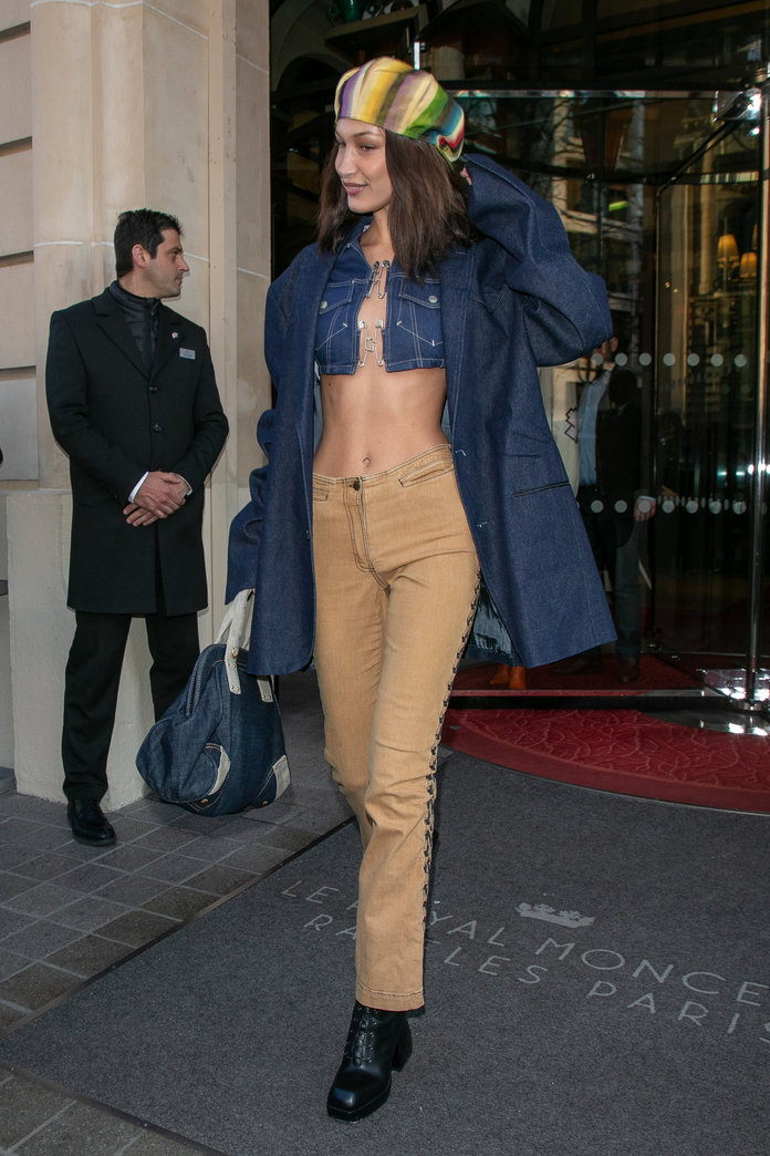 what to wear with khakis, khaki pants outfit idea, bella hadid khaki pants and denim top