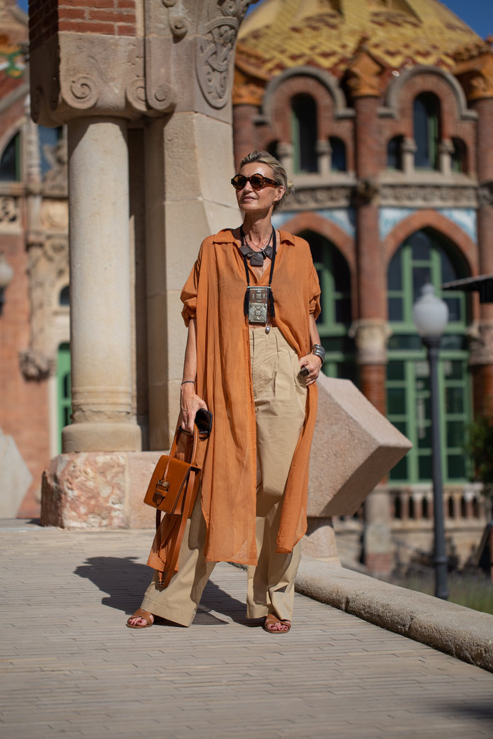 what to wear with khakis, khaki pants outfit idea, khaki pants and a duster coat