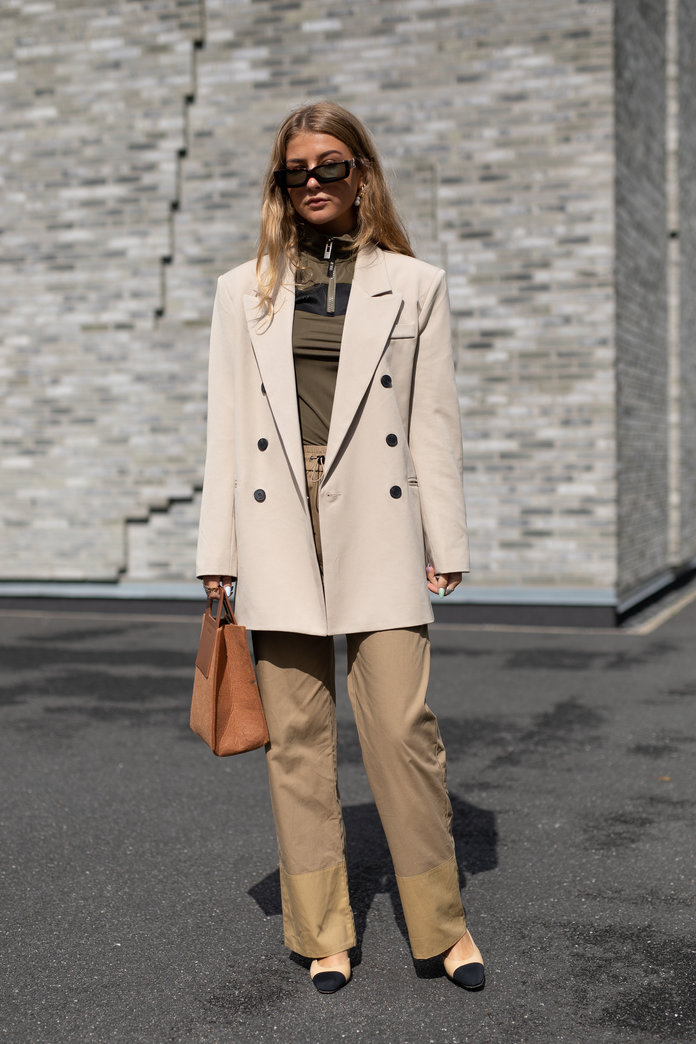 what to wear with khakis, khaki pants outfit idea, beige outfit