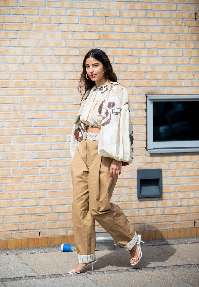 what to wear with khakis, khaki pants outfit idea, khaki pants and a crop top
